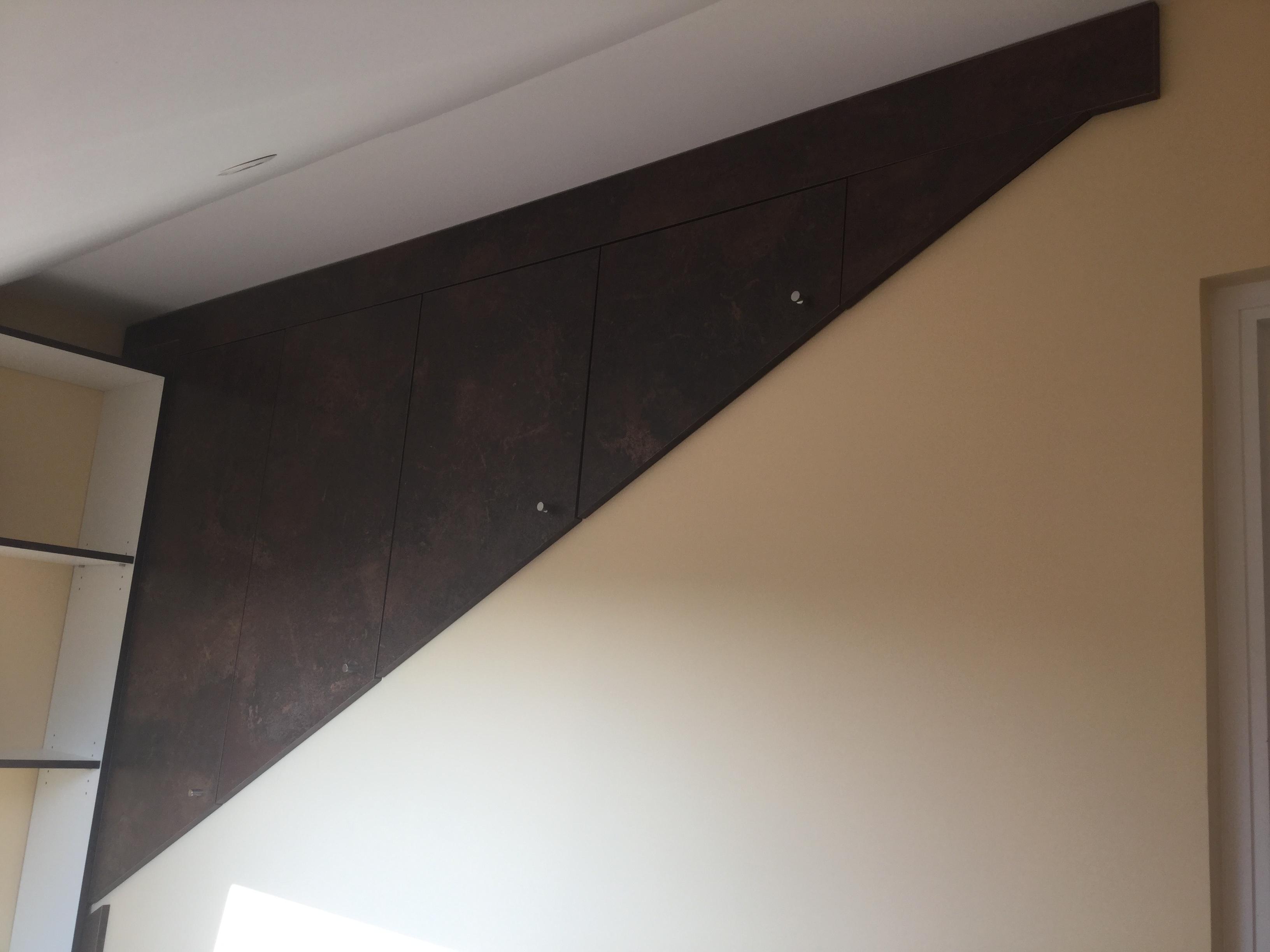 Aménagement placards dessus rampant escalier.