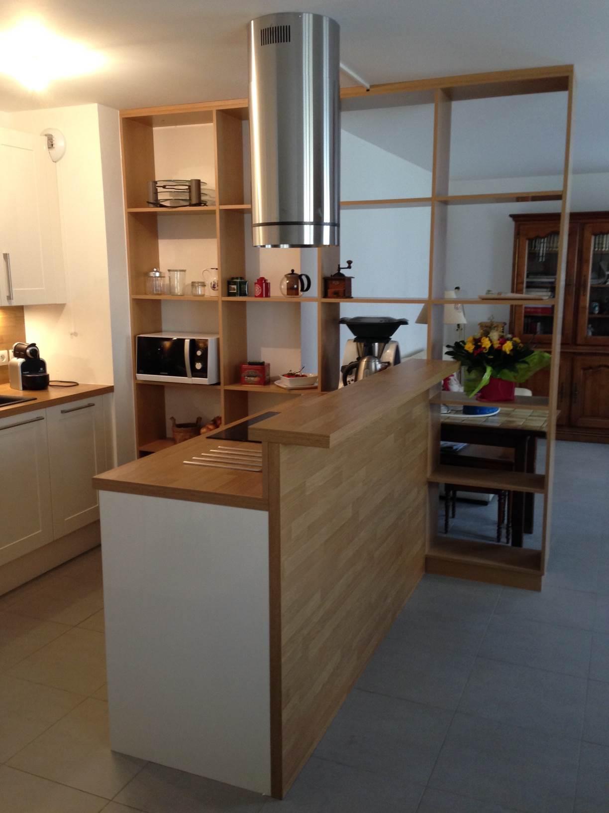 Bibliothèque intégrée créant une séparation entre cuisine et salon.