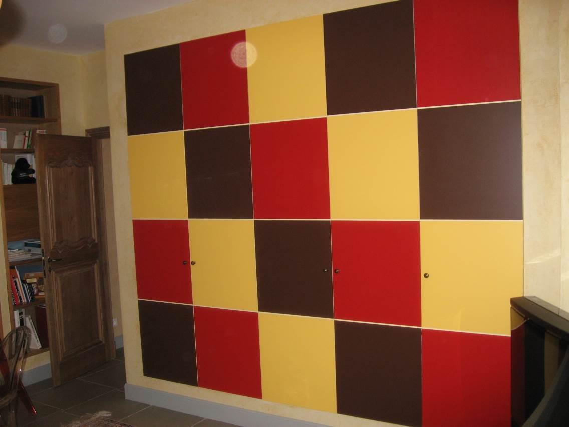 Création et décoration de placards de bureaux.