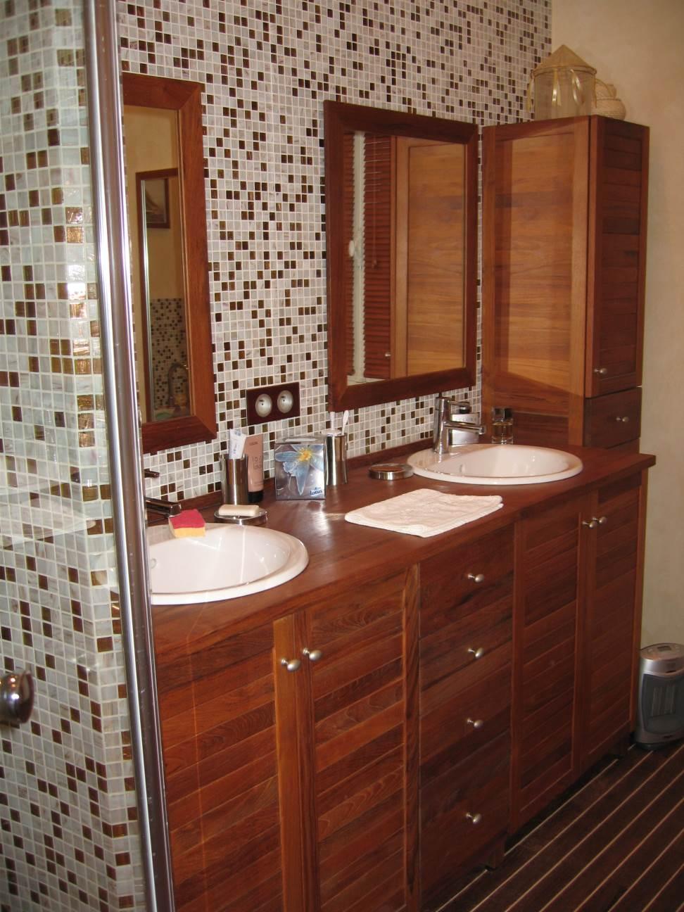 Salle-de-bains-meuble-et-sol-teck-avec-joints-pont-de-bateau-blanc-et-mosaique-pâte-de-verre-au-mur